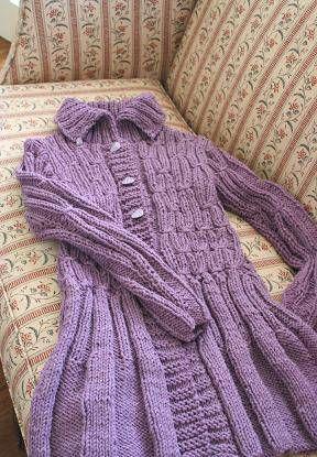 昨日のイースター色の春物ジャケットの詳細です。後ろ身頃の裾の部分です。全体に裾が広がるようなデザインに編んであるので、ヒップ部分のニットが伸びずに、かつ動きやすくなっています。伸縮が出来る模様を取り入れているのがこのジャケットのポイントです。この日はとても気温が冷たかったので、ジャケットの下にセーターとインナーを着ていますが、この伸縮のおかげでアウターにあまりひびかずにすんでいます。置いた状態だとこんなに裾が広がっているのがわかります。大小おそろいのボタン、小さいボタンは両方の襟の先についています。着ると動きが加わって、さらに活動的なイメージになります。励みになりますのでクリックお願いします!人気blogランキングへブログランキングブログ村あかちゃんのお祝いと成長の記録―ベビーアルバムポプラ社このアイテムの詳細...