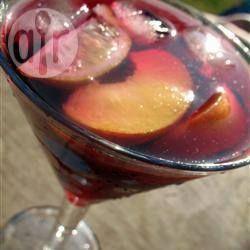 Sangria van de barman Ingrediënten  Porties 6: 1 sinaasappel 1 citroen 1 limoen 1 middelgrote appel - geschild, klokhuis verwijderd en in plakjes gesneden 150 gr kersen zonder pit 150 gr verse stukjes ananas 175 ml brandy 1 fles (0,75 liter) droge rode wijn 1 blikje koolzuurhoudende limonade naar smaak 250 ml sinaasappelsap naar smaak