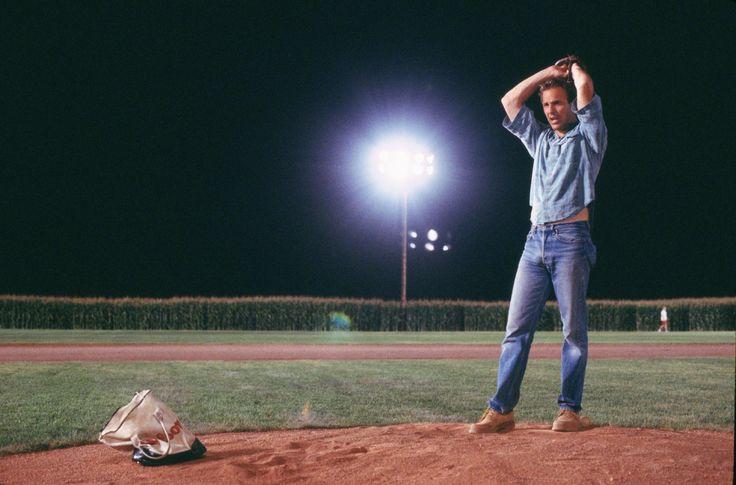 Ismael Plascencia comenta la película Campo de Sueños, la cual trata sobre el baseball.