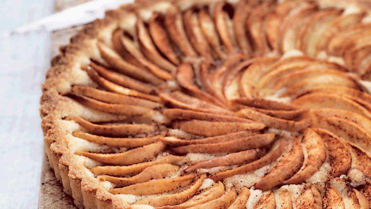 Æbletærte går man aldrig helt galt i byen. Denne æbletærte er lige så velsmagende, som den er smuk at se på. Få opskriften på æbletærte med kanelsukker her