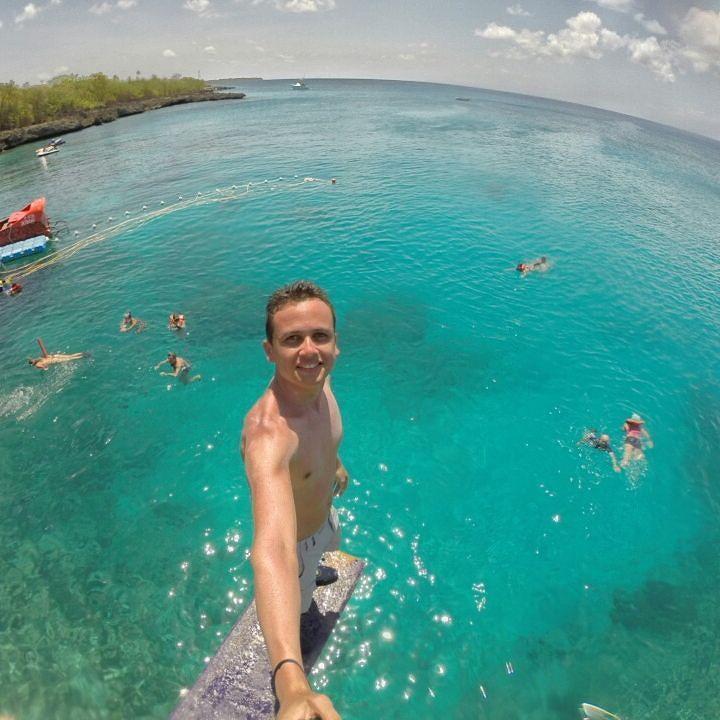 Trampolim em West View .. Um pouco mais de 7 metros de altura e 10 de profundidade!! Melhor lugar pra se jogar de cabeça nesse marzão azul do Caribe. . #westview #sanandresislas #fuuiporai #sobrelugares #goprobr #suaaventura #caribe #colombia #trippics. by jeffsantana_2013