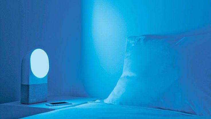 Aura (Withings). Le français, déjà connu pour ses capteurs de mouvements, ses balances et tensiomètres connectés, s'attaque désormais à la mesure de la qualité et à l'amélioration du sommeil. Pour cela, Withings a mis au point un capteur à glisser sous le matelas, qui se relie à une base. Cette dernière est à la fois une lampe, un réveil et une enceinte. Mais sa fonction première est avant tout de diffuser des lumières et des sons destinés à favoriser l'endormissement ou le réveil. La base…