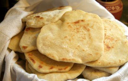 Pane azzimo fatto in casa: la ricetta - Il pane azzimo è una ricetta per realizzare dell'ottimo pane fatto in casa, senza usare il lievito.