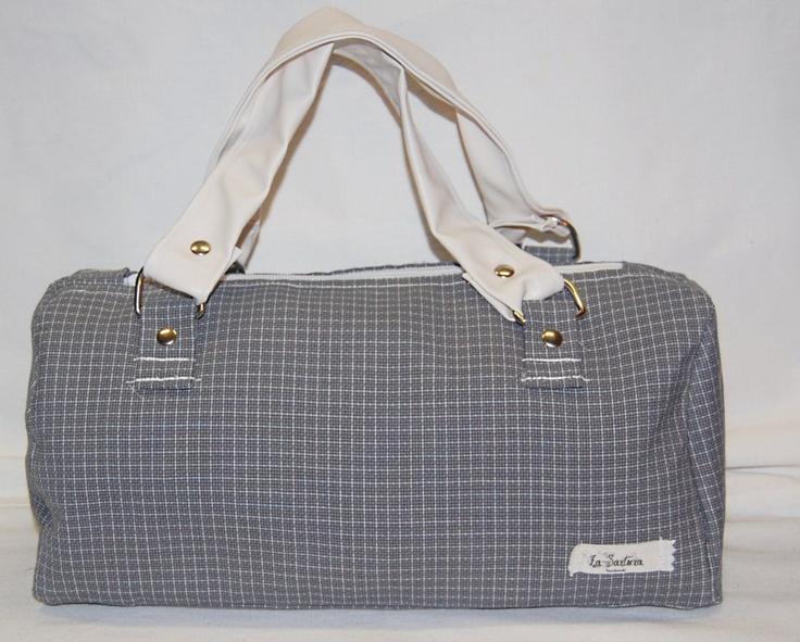Jacquette – Bauletto a mano realizzato in tessuto fantasia grigio/bianco a quadretti. La borsa è stata lavorata per ottenere rigidità, che assicura anche una maggior tenuta. (etc.)  Realizzata interamente a mano. Modello unico.