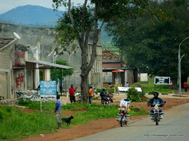 Sur la route de Wako Kungo
