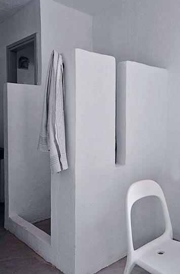 Une salle de bains brute d'inspiration grecque - 35 idées pour une salle de bains du tonnerre - CôtéMaison.fr                                                                                                                                                                                 Plus