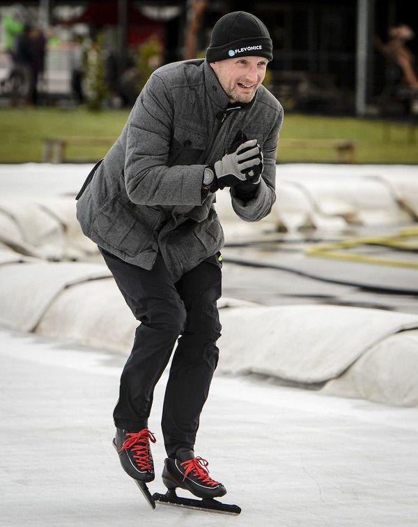 Prins Bernhard heeft  31 jan. 2016 in Biddinghuizen op het ijs getraind voor De Hollandse 100, waarmee hij geld wil inzamelen voor zijn fonds Lymph&co. Ook prinses Margriet en prinses Marilène waren van de partij.