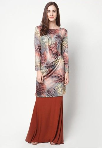 Neda Mini Kurung from Zuco Fashion in Brown With its animal inspired print and pleated back, the Neda Mini Kurung by Zuco Fashion is a contemporary take on a classic piece.   Top:  - Stretchable polyblend - Boat neckline - Long sleeves - Shoulder pads for definition - Regular fit  Bottom: ... #bajukurung #bajukurungmoden