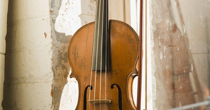 Cómo leer partituras para violín. Si estás tomando el arco para tocar el violín, también debes saber que hay algunas herramientas esenciales que necesitarás. Una que todo violinista debe poseer es el poder leer partituras. Al entender cómo funciona el pentagrama y saber cómo leer las notas, puedes empezar a tocar cualquier tipo de música.