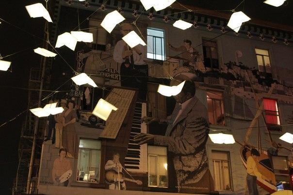 Городские огни в виде летающих книг возле книжного магазина в Сан-Франциско.