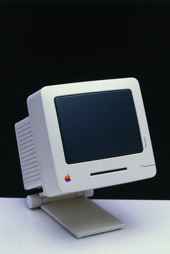 Baby MacはHartmut Esslinger氏にとって、大きな意味を持っていた。Baby Macは「製造に至らなかった自分のデザインの中で最高のもの」だとEsslinger氏は「Design Forward」の中で述べている。同氏は、最新鋭の機能を積極的に求めた。「われわれは通常のブラウン管(CRT)スクリーンの安っぽい外観を避けるため、東芝と協力して新しいCRTの画面の開発に取り組んだ。われわれはフラットスクリーンテクノロジについても検討した。Macを可能な限り小さくするために、われわれはワイヤレスキーボードやワイヤレスマウスの接続も試した」(同氏)