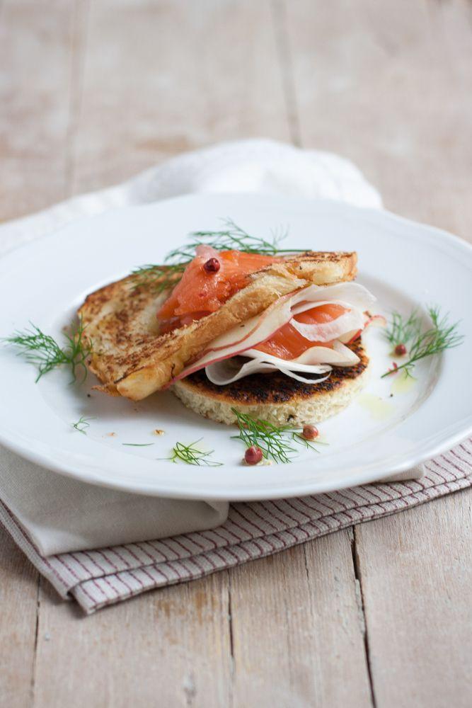 Brioche con trota salmonata marinata e insalata invernale