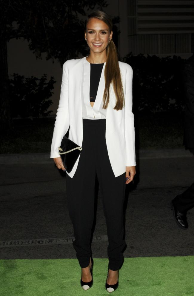 Jessica Alba  tetőtől talpig Narciso Rodriguez-ben érkezett az Environmental Media Awards-ra. Fekete nadrágot, fehér blúzt és blézert viselt, amelyhez Giuseppe Zanotti magassarkút és fekete, bársony Jimmy Choo 'Canisa' clutch-ot választott.forrás:instyle.hu