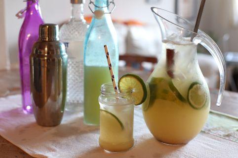 Suco de abacaxi, de limão, licor de laranja, canela, espumante, vodka e muito gelo para uma deliciosa Água de Sevilla! Muito refrescante e saborosa. Receita completa lá no blog!