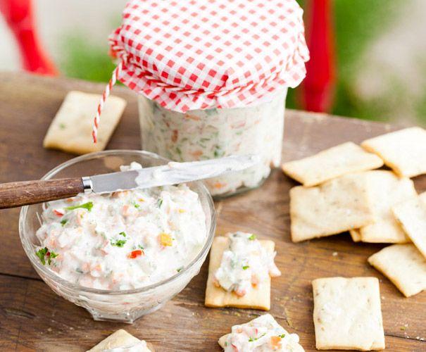 Recept: Sandwichspread - 120 g magere kwark 2 el limoensap 1 ui (gesnipperd) ½ komkommer (in blokjes) 2 tomaten (zonder zaadjes in blokjes) ½ winterpeen (in kleine blokjes) ½ rode paprika (in blokjes) 2 augurken (in kleine blokjes) 1 el kappertjes (gehakt) ¼ bosje peterselie (gehakt) zout en peper