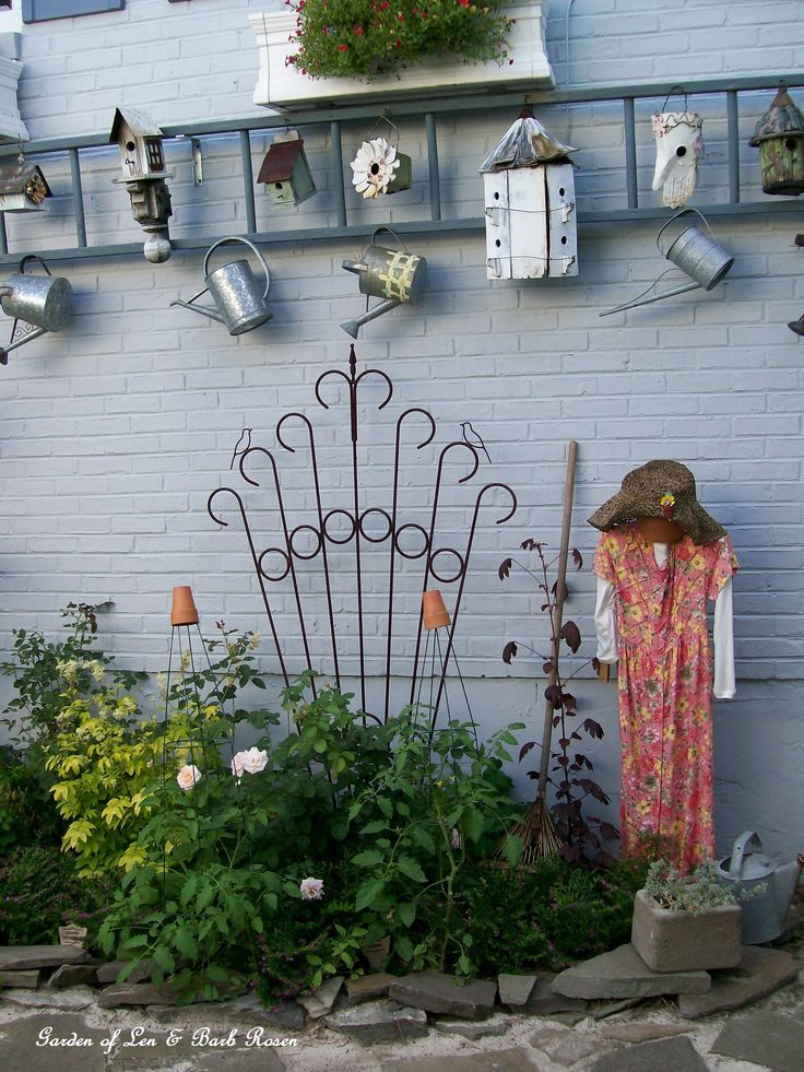 Exceptional Garden Lady, Ladder And Birdhouses On The Side Of The House!
