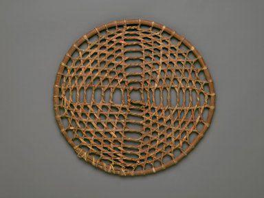Обруч для игры, Равнины, 19-20 век. Дерево, кожа. Размеры: (34.9 x 1.3 x 34.9 cм). Brooklyn Museum.