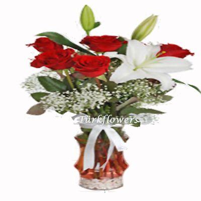 5 Adet kırmızı gül ve beyaz lilyum dan oluşan aranjman