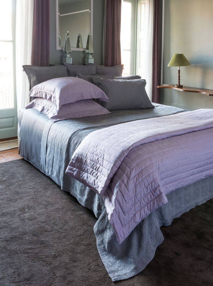 NEWYORK Simple yet intricate jacquard pattern is the perfect and refined line for a sophisticated bed. Sheet and duvet cover sets crafted from sumptuously soft egyptian cotton. The luxury quilt features the modernism and superior comfort. Upper in 100% egyptian cotton jacquard and filling in 100% poliester. A contemporary bedspread as a perfect complement to the bed.