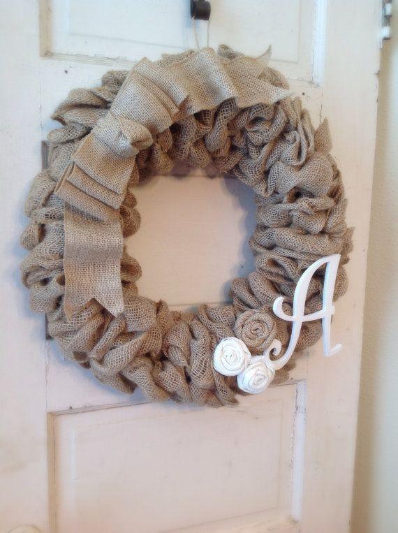 Couronne de toile de jute avec superbe arc, toile de jute initiale et à la main fleurs ! Cette guirlande de toile de jute peut être utilisé tout