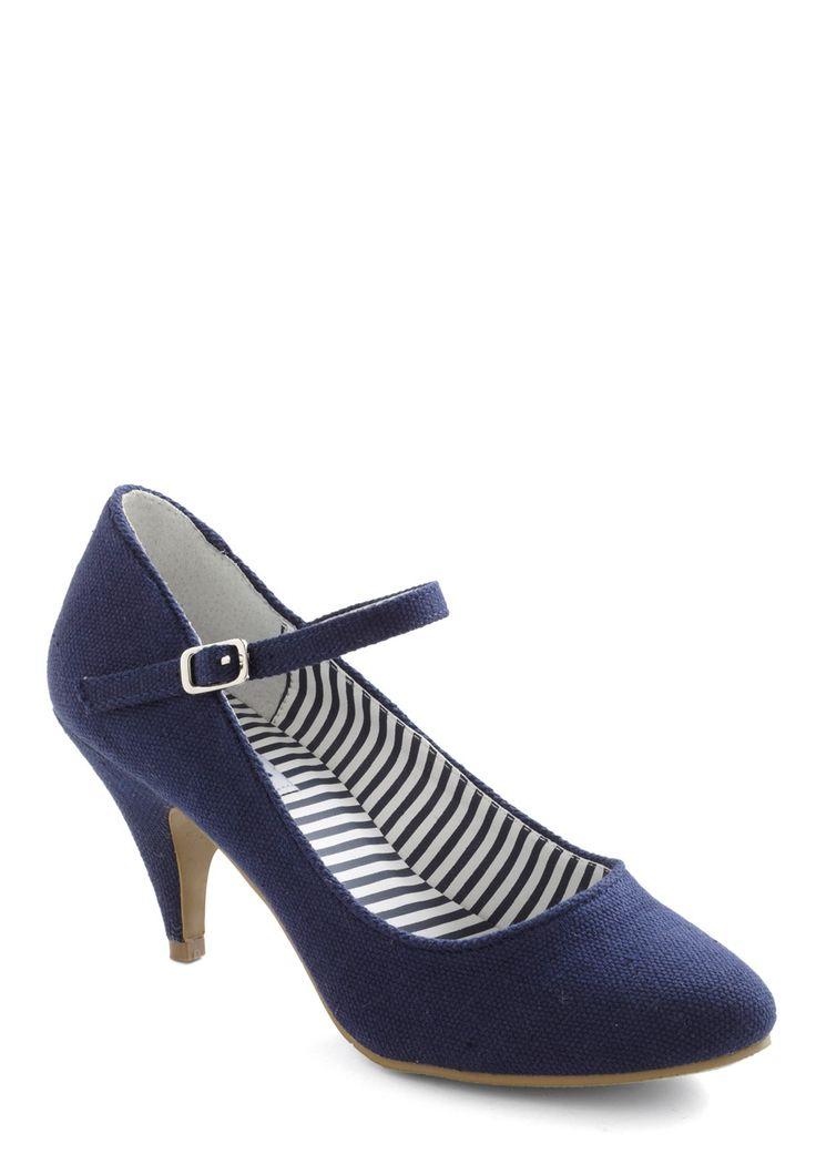cute and so casual kitten heels. black ankle skinnies, white tee shirt, jcrew seersucker blazer, jcrew striped clutch.