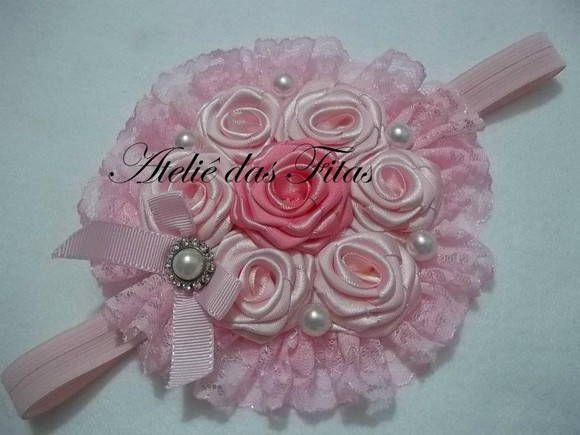 Casquete com 7 flores de cetim, renda  e apliques de pérola e strass. Pode ser colocado na tiara ou na faixa sob medida. Várias cores.