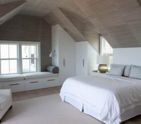 Спальня в мансарде с зоной отдыха