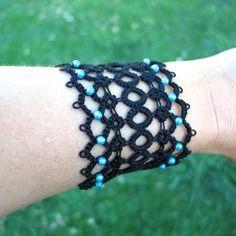 Bracelet manchette en frivolité à l'aiguille Coton mercerisé noir et perles turquoises http://www.alittlemarket.com/boutique/mary_land_creations-1006781.html
