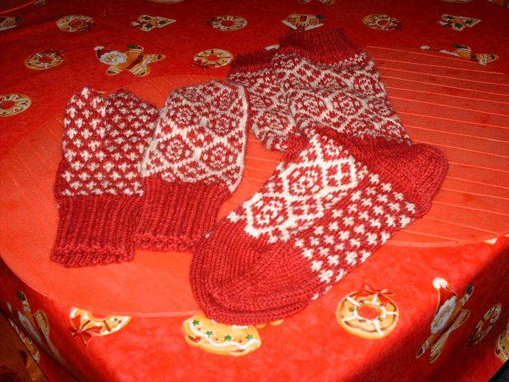 Kirjoneulelapaset ja sukat Aune-mummulle joululahjaksi.