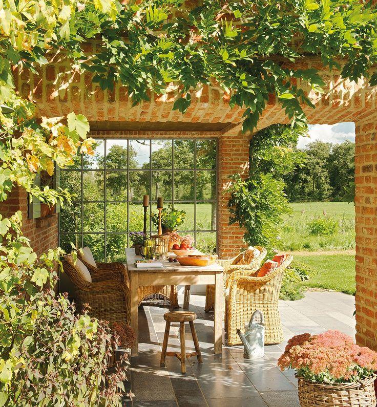 Una casa de campo muy acogedora con un jardín y un porche de ensueño