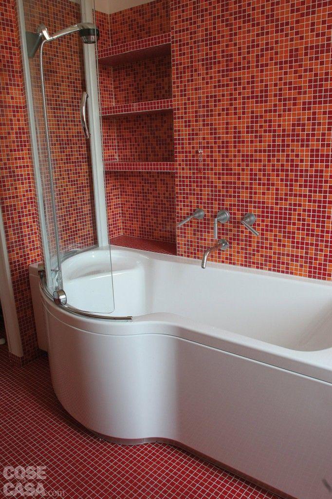 Mosaico totale: In bagno, tessere in varie tonalità di rosso rivestono il pavimento, la struttura con il lavabo e, ad altezze differenziate, le pareti, formando anche la cornice dello specchio fissato a filo del muro. #arredamento #arredamentocasa #casa #cosedicasa #design #home #house #redhouse #bagno #bathroom #arredo #arredobagno #cesana #ceramicaflaminia