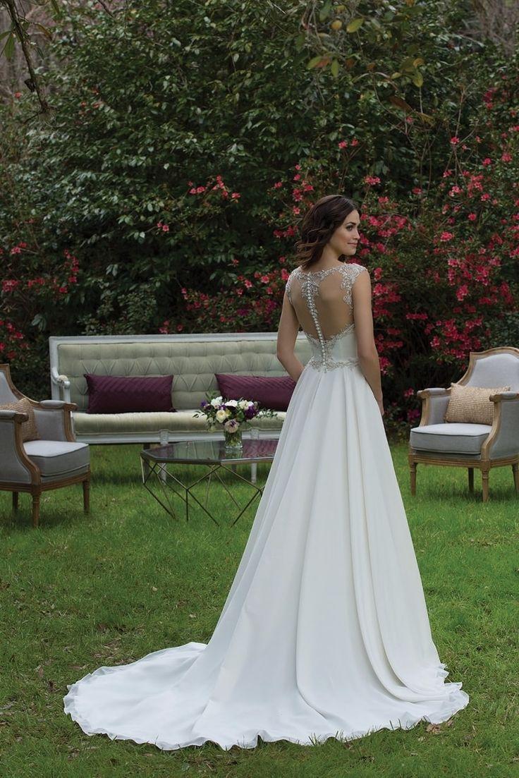 Vestidos de noiva de estilo clássico com toques de romantismo! Assim é a nova coleção 2017 da Sincerity, destinada a uma noiva elegante, simples e feminina. Deixa-te cativar pelos seus desenhos e conquista os teus convidados. Descobre-a aqui!