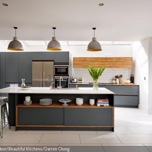 Die Kombination des edlen Grau mit Orangetönen bringt ein modernes Flair in die Raumgestaltung. Zusammen mit der weißen Umgebung und der Fensterfront wirkt die…