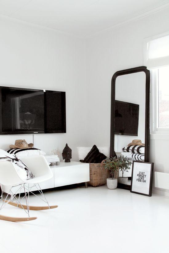 Buffet bas blanc et miroir noir