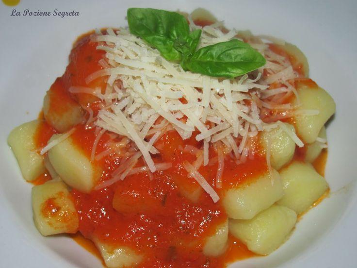 La Pozione Segreta: Gnocchi di patate (cotte al vapore) con salsa di pomodoro  http://lapozionesegreta.blogspot.com/2014/04/gnocchi-di-patate-cotte-al-vapore-con.html