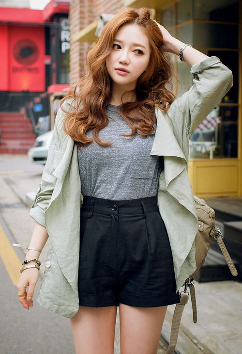 Cute winter to fall look with the grey tee, black high waisted shorts, and oversized blazer