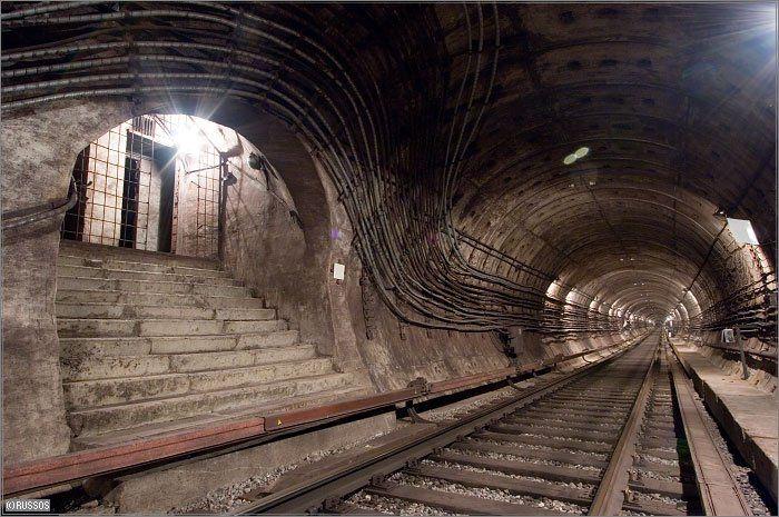以前に「ロシアの地下鉄のトンネルはすごいらしい」という記事を書きましたが、モスクワの地下はもっとすごいことになっていました。モスクワの地下鉄駅は「地下宮殿」とも呼ばれているのですが、こっちはまさに