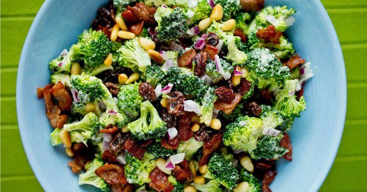 Brokkolisalat med bacon, rosiner, pinjekjerner og hvitvinseddik. En salat som passer som forrett, lett middag eller som tilbehør til biffen.