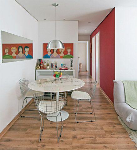 O espelho colocado de frente para a varanda reflete a luz natural, clareando a sala. A mesa com pé esbelto e as cadeiras aramadas, todas de design consagrado, não sobrecarregam o ambiente.Espelho. Mede 1,55 x 0,50 m. Divinal Vidros, R$ 165Quadro de papel machê. Do artista Clóvis Gomes. Galeria Oficina da Cor, R$ 450Aparador. De 1,20 x 0,32 x 0,85 m. Tok & Stok, R$ 699Mesa Saarinen. Com tampo de granito branco espírito santo. Etna, R$ 2 299,80Cadeiras Bertoia. Paris 7, R$ 289 cada