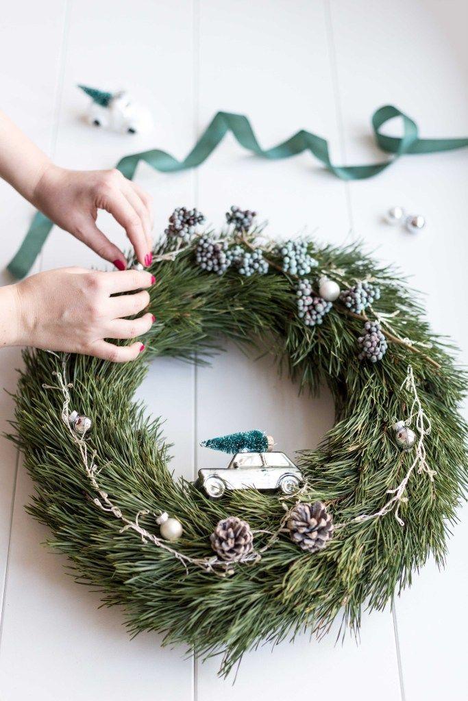 Auf Frisch Verliebt stelle ich euch 3 Ideen für weihnachtliche Türkränze vor und zeige euch, wie ihr sie ganz einfach nachbasteln könnt. // FRISCH VERLIEBT BLOG