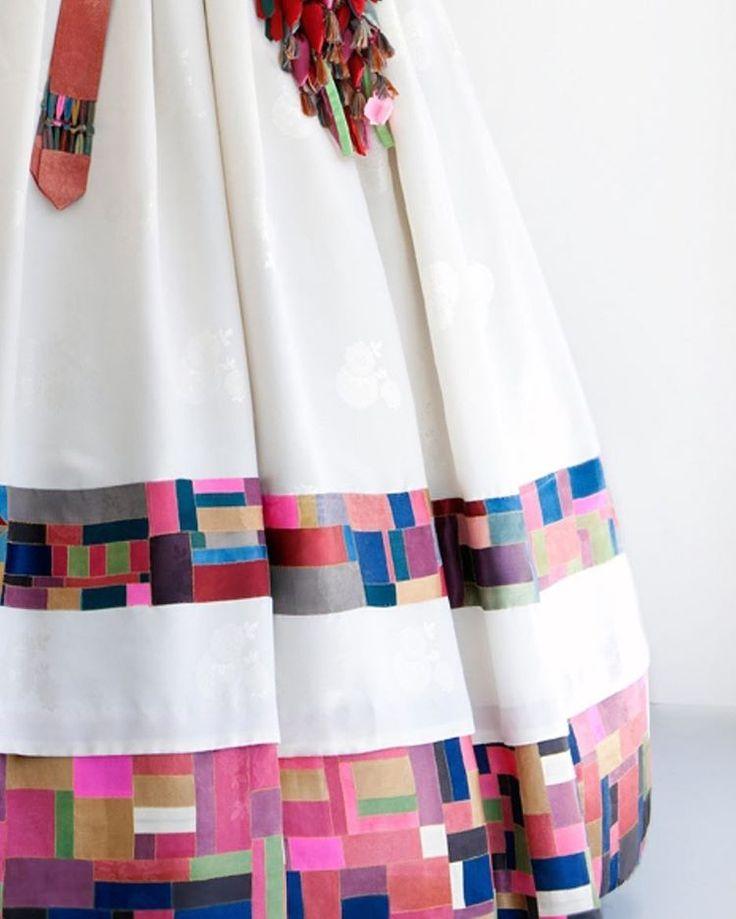 풍경한복 수작업으로 이루어진 하나뿐인 한복입니다 ✨ 천연염색 모본단을 조각보로하여 스란단으로 제작하였습니다, 한분 한분을 정성으로…
