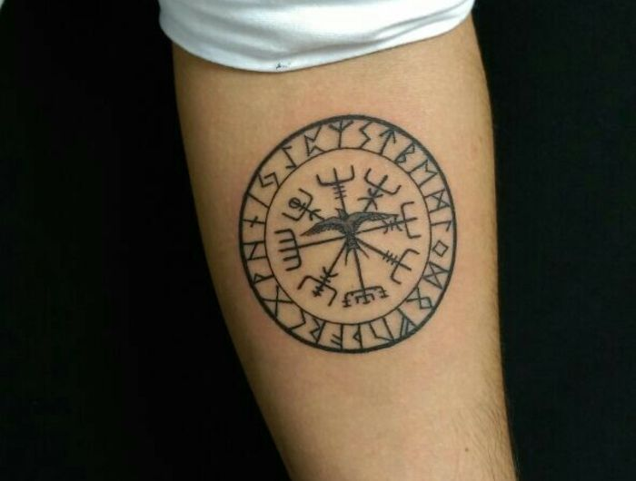 Les 25 meilleures id es de la cat gorie tatouages vikings sur pinterest tatouage de symboles - Tatouage viking signification ...