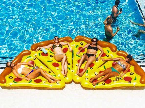 巨大ピザの上に浮かぶ? アメリカで話題の「Pizzafloat」 - ライブドアニュース