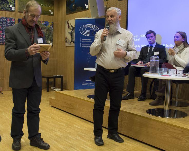 Tutkija Heta Heiskanen kiitti porilaisia Kauko Heikkilää ja Ilpo Koppista, sillä heidän työnsä Uksjoen puolesta antoi idean Saisiko olla ympäristökonfliktisoppaa -hankkeelle. Arto Vitikan ottamassa kuvassa Kauko Heikkilä (vas) ja Ilpo Koppinen. Heidän pitkät haastattelunsa löytyvät hankkeen tietopankista: http://www.ymparistokonfliktisovittelu.fi