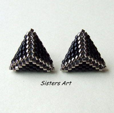 """Orecchini lobo """"31"""" a triangolo doppio nero e argento, realizzati con perline delica, by Sisters Art, €.8,50 su http://www.misshobby.com/it/negozi/sisters-art"""