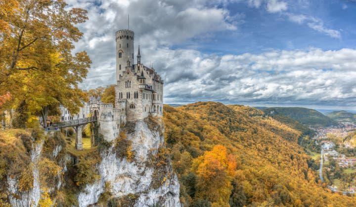 Viel, viel näher! Das ist in Wirklichkeit Schloss Lichtenstein, das hoch über Honau in Baden-Württemberg thront.