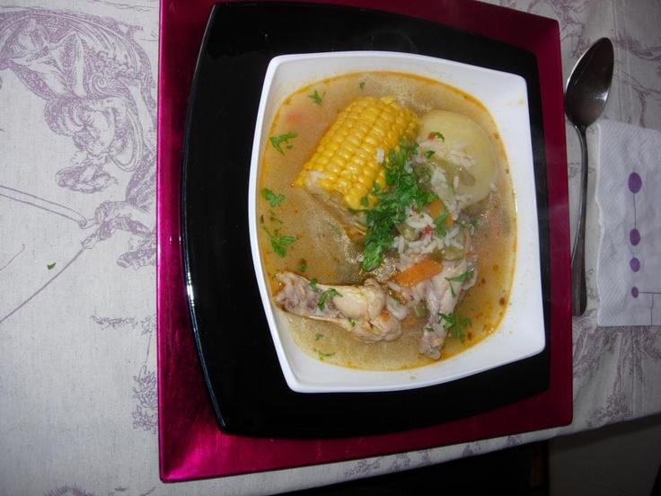 Cazuela de ave a la chilena: muslo de pollo sin piel, cilantro, porotos verdes, papas, maíz o coclo entero,