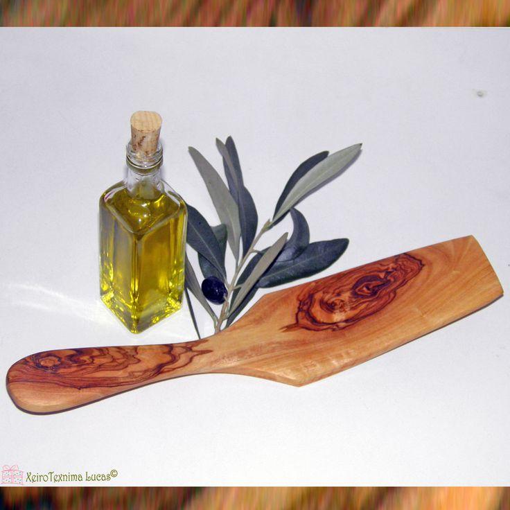 Σπάτουλα φτιαγμένη από ξύλο ελιάς. Spatula made of Greek olive wood.