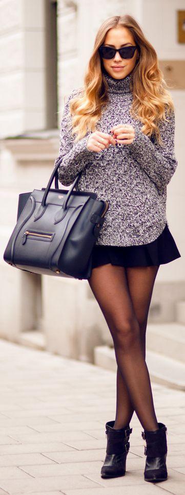 lila Strick Rollkragenpullover, schwarzer Skaterrock, schwarze Wildleder Stiefeletten, schwarze Shopper Tasch