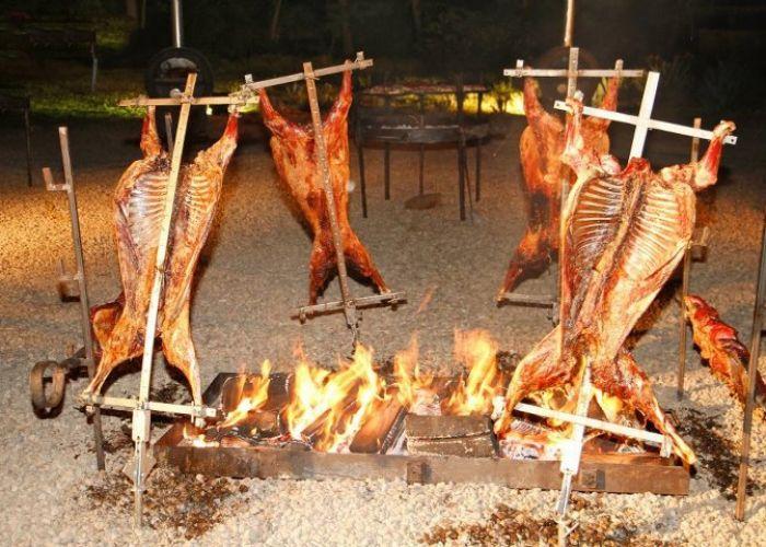 Cordero al Palo. Cordero completo asado lentamente al fuego de leña. // Cordero al Palo. Whole lamb slowly roasted over a wood fire